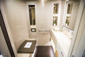 V kúpelni sú použité vybrané materiály, vrátane mramoru