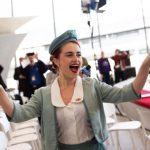 Otvorenie hotela sprevádzali hostesky v historických uniformách (c)Kevin Hagen/Getty Images