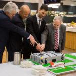 Krájanie torty v tvare letiska M.R.Štefánika v Bratislave