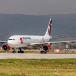 Airbus roluje na stojanku pri veži