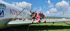 Montáž krídel na našom Fokkri (c)airliners.sk
